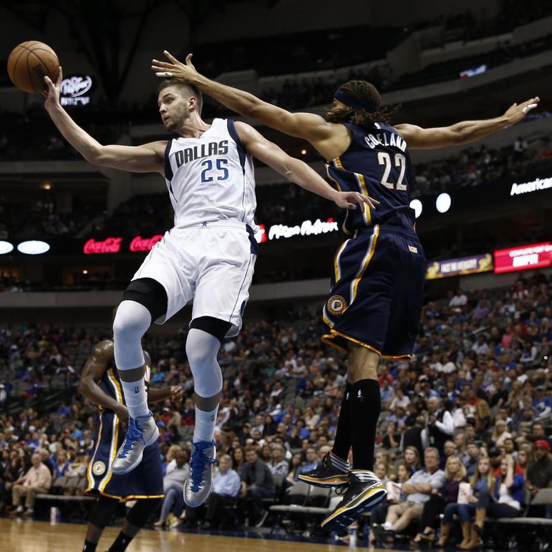 Dallas Mavericks' Chandler Parsons passes ball away