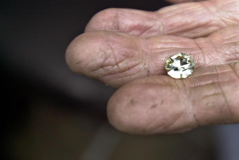 Uncut and unpolished diamond