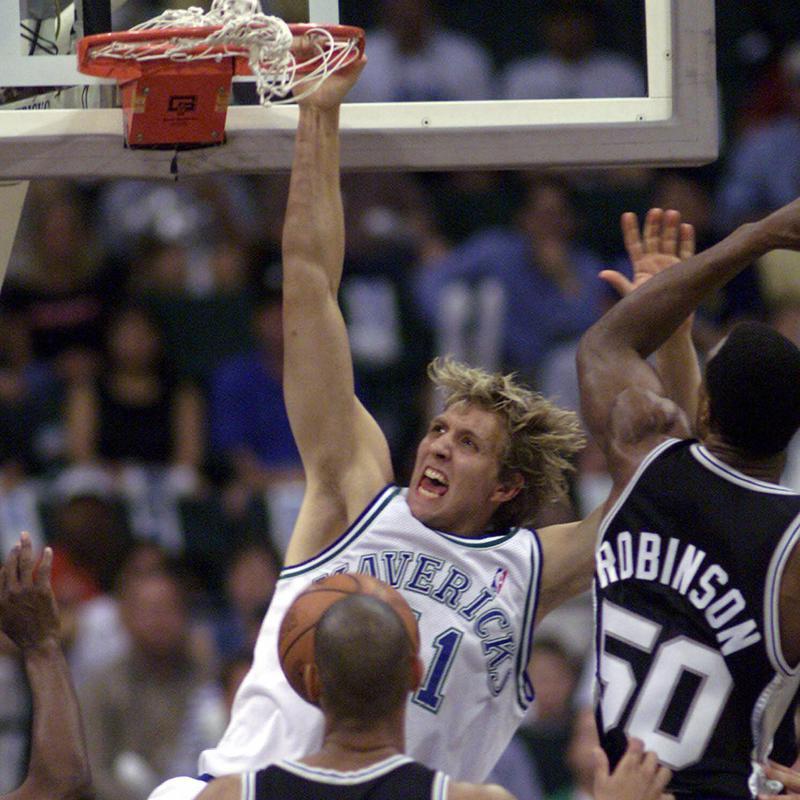 Dirk Nowitzki dunks the bal