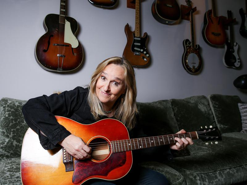 Melissa Etheridge on guitar