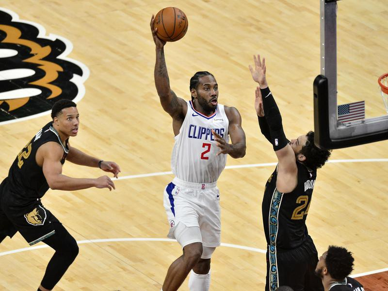 Los Angeles Clippers forward Kawhi Leonard shoots