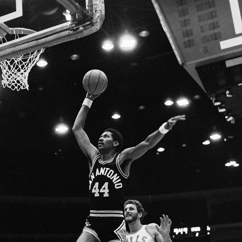 San Antonio Spurs' George Gervin beats Chicago Bulls' Mark Olberding