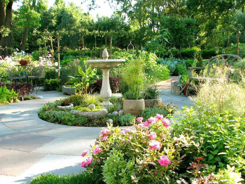 Garden with birdbath in Chicago