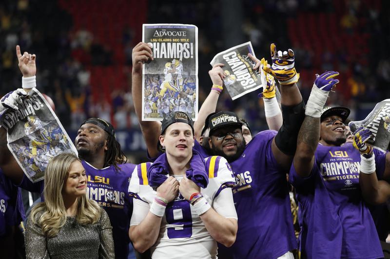 LSU quarterback Joe Burrow celebrate with teammates