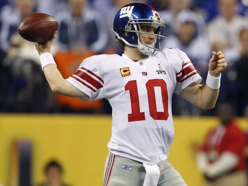 Eli Manning passes against New England Patriots in Super Bowl
