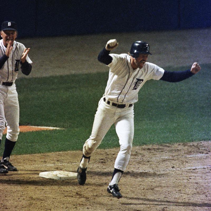 Kirk Gibson rounds the bases