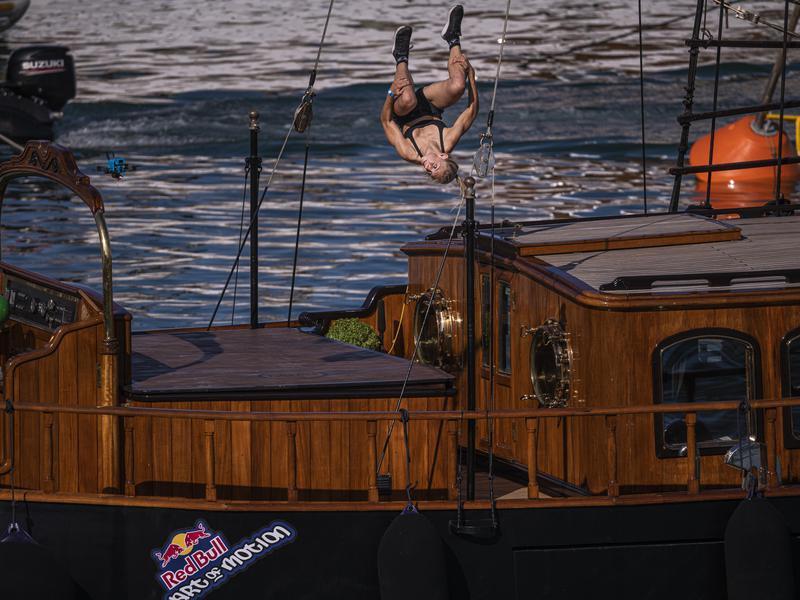 Noa Diorgina jumps upside down