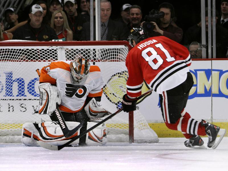 Marian Hossa scores penalty shot against Flyers goalie