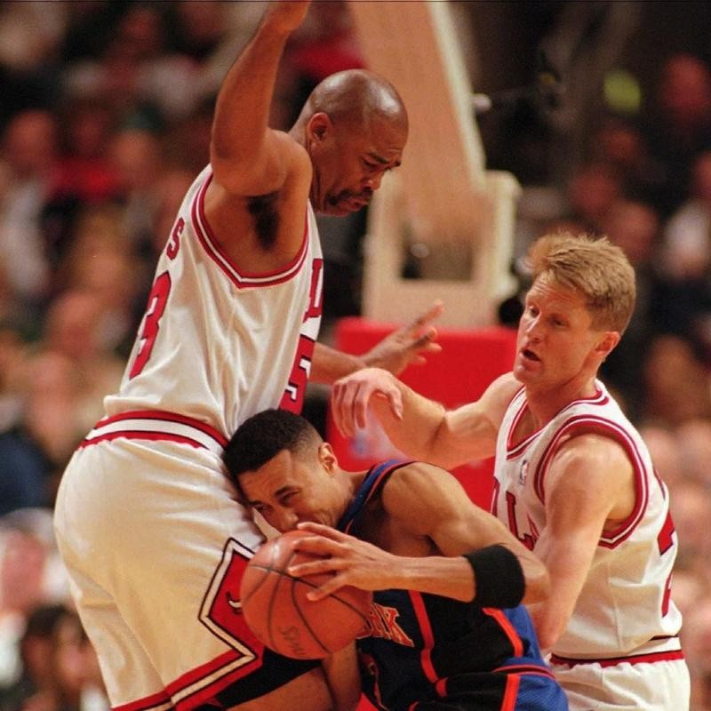 James Edwards defends New York Knicks guard John Starks with Steve Kerr