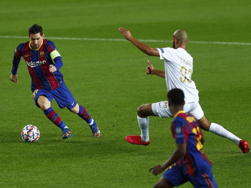 Barcelona's Lionel Messi controls the ball