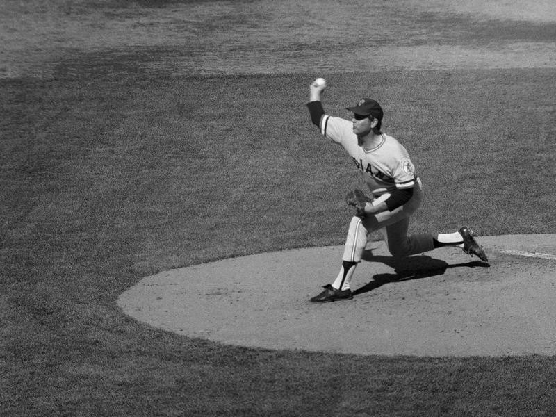 Gaylord Perry pitching against the New York Yankees