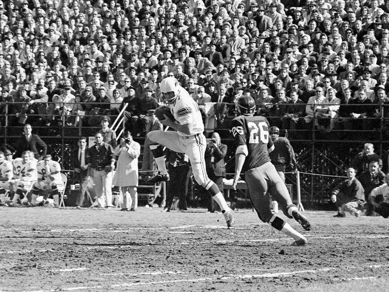 Jackie Smith gathers pass against the Washington Redskins