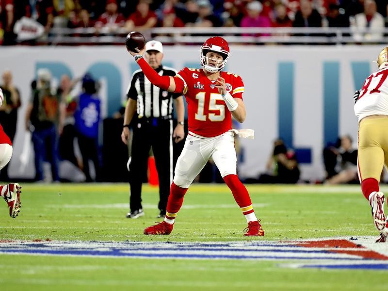Patrick Mahomes throws against the San Francisco 49ers in Super Bowl LIV