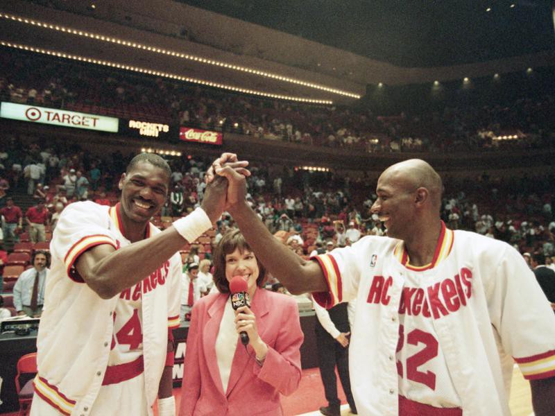 Clyde Drexler and Hakeem Olajuwon celebrate