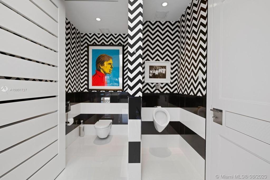 Tommy Hilfiger's bathroom