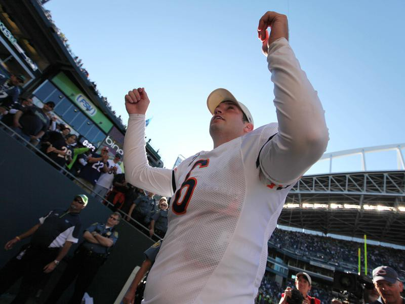 Jay Cutler walks off the field and celebrates the Chicago Bears win