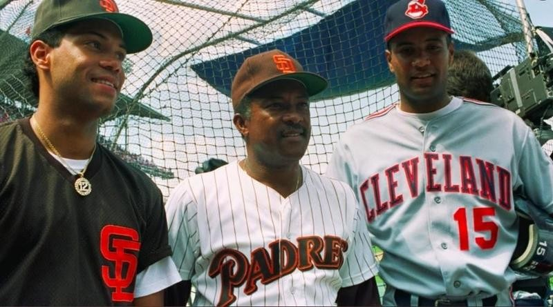 Sandy Alomar poses with sons Sandy Jr. and Roberto