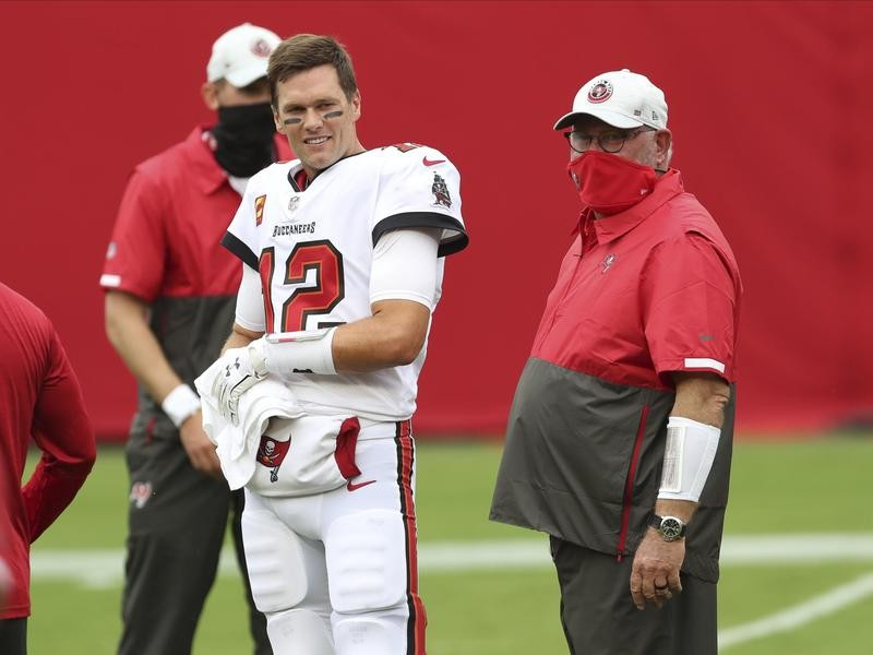 Tampa Bay head coach Bruce Arians and Tom Brady confer before a game
