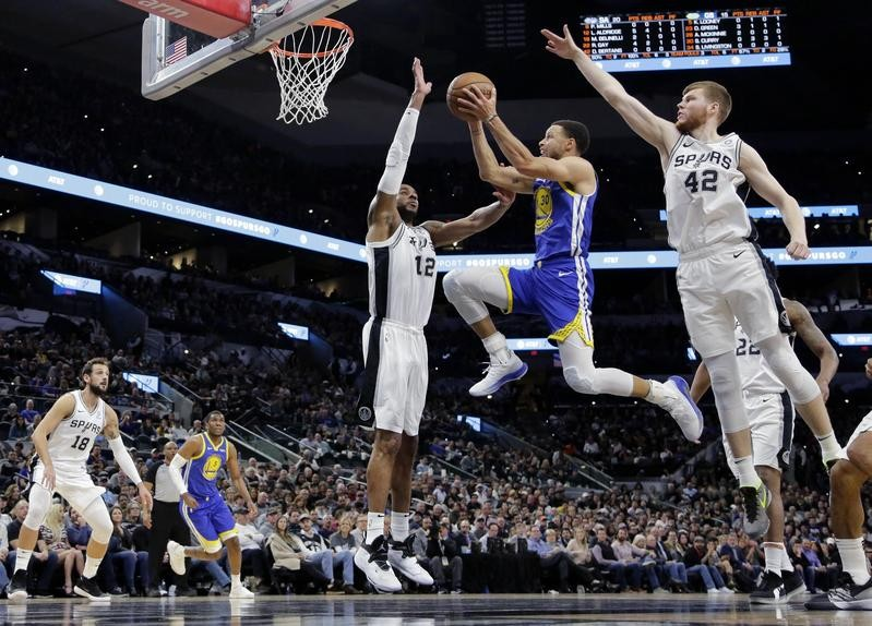 Steph Curry drives to basket against San Antonio Spurs