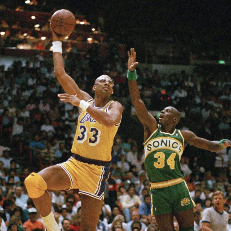 Kareem Abdul-Jabbar does hook shot