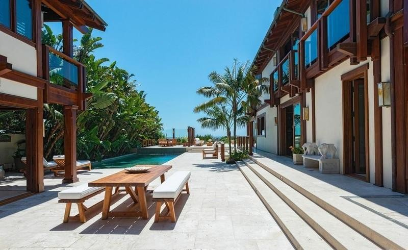 Pierce Bronson's courtyard