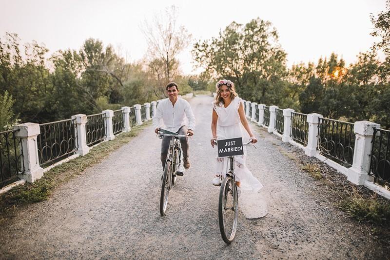 newlyweds on bikes