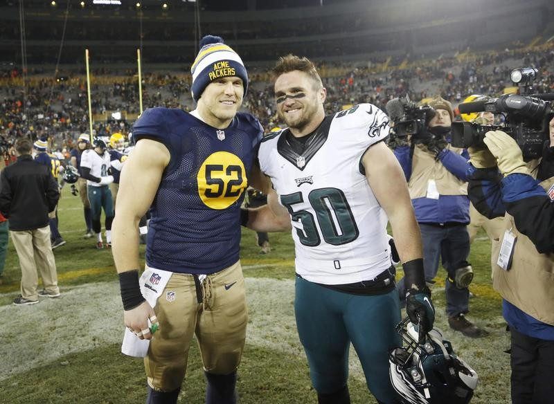 Clay Matthews poses with brother on the Eagles, Casey Matthews in Green Bay