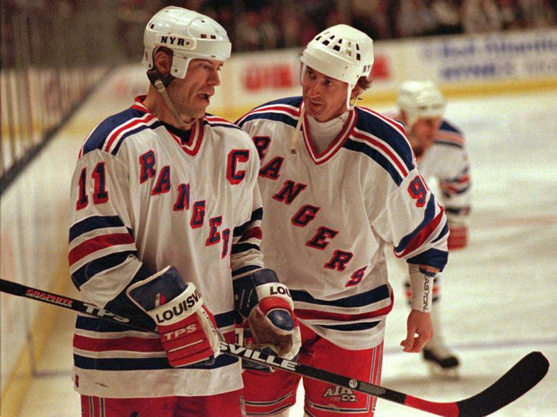 Mark Messier and Wayne Gretzky plan their moves