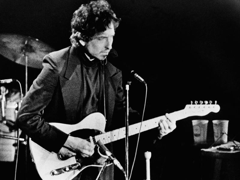 Bob Dylan with a Fender Telecaster in 1974