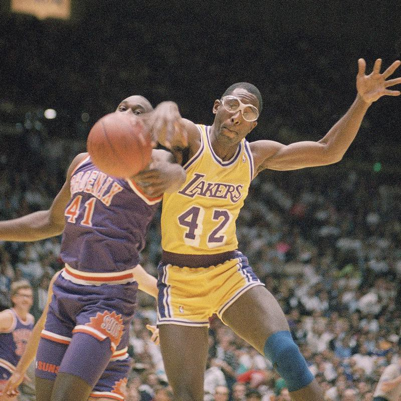 James Worthy and Mark West battle for the ball