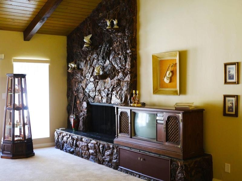 Wood-framed fireplace in Casa de Shenandoah