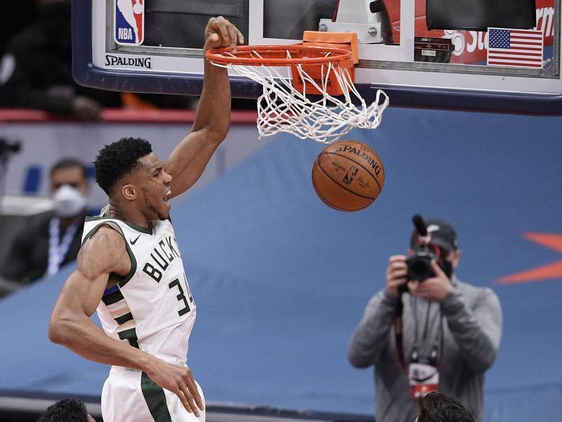 Milwaukee Bucks Giannis Antetokounmpo dunks