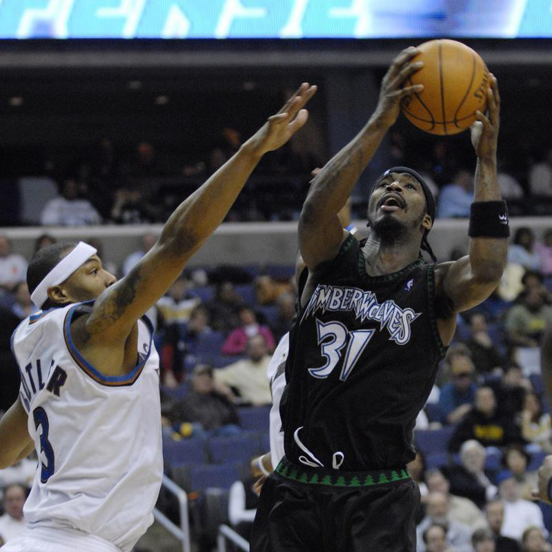 Ricky Davis goes to the basket against the Washington Wizards