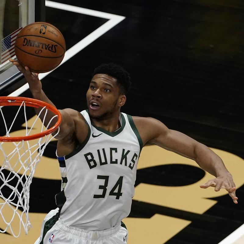 Milwaukee Bucks Giannis Antetokounmpo scores