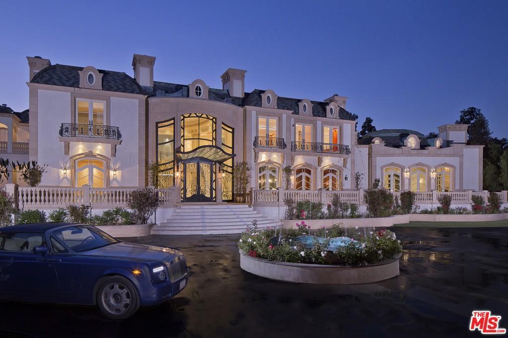 Massive modern mansion in Beverly Hills