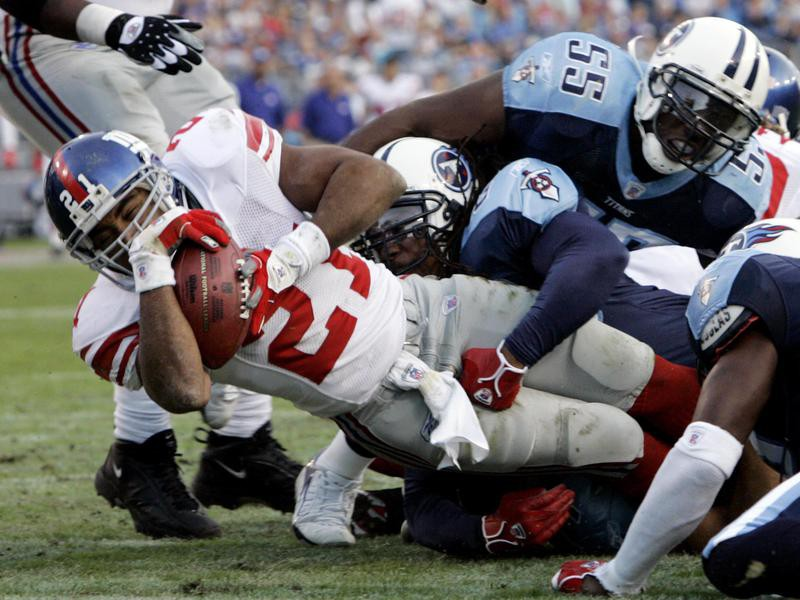 Tiki Barber carries ball against Tennessee Titans