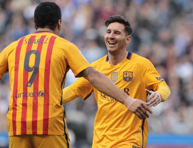 Luis Suarez is congratulated by Lionel Messi