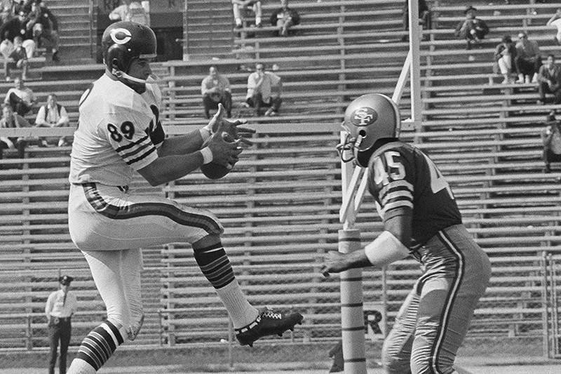 Mike Ditka catches a pass with the Chicago Bears in 1964