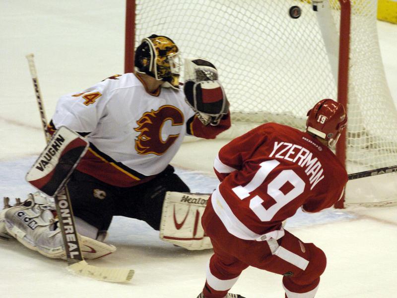 Detroit Red Wings' Steve Yzerman scores second period goal