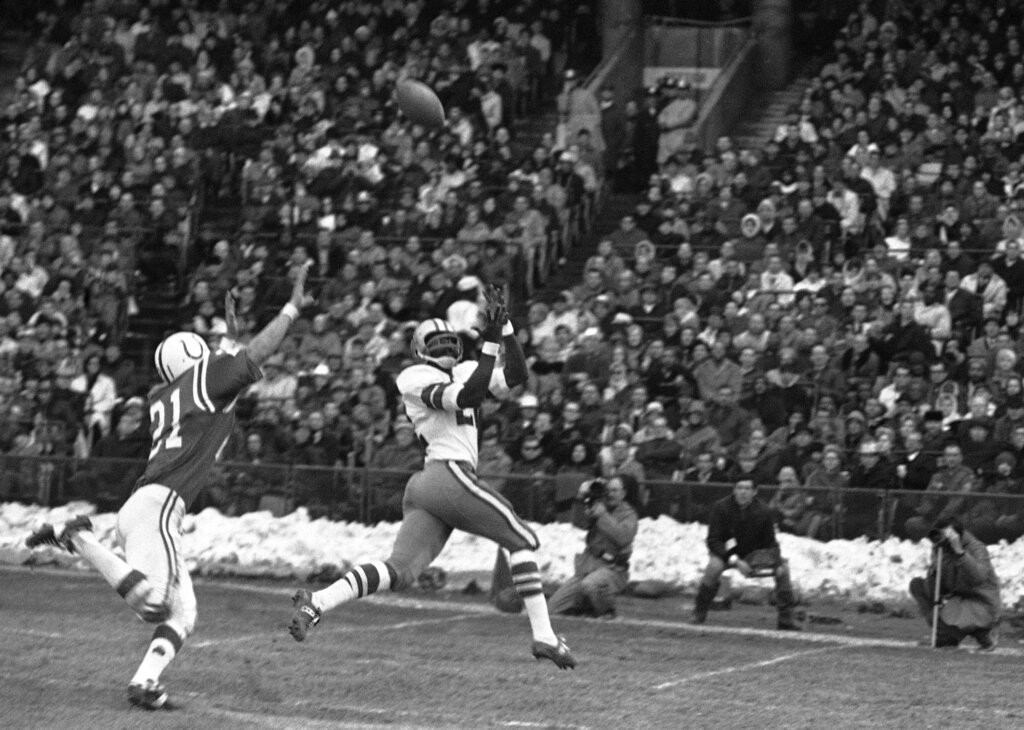 Bob Hayes catches a pass
