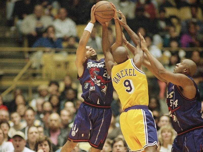 Popeye Jones supports teammate defending against Nick Van Exel of the Los Angeles Lakers