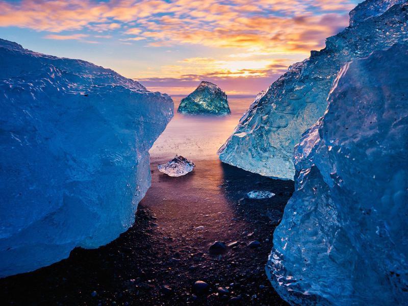 Icebergs washed up on Diamond Beach