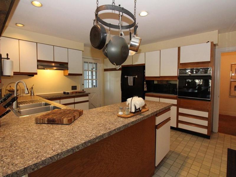 1990s-style kitchen