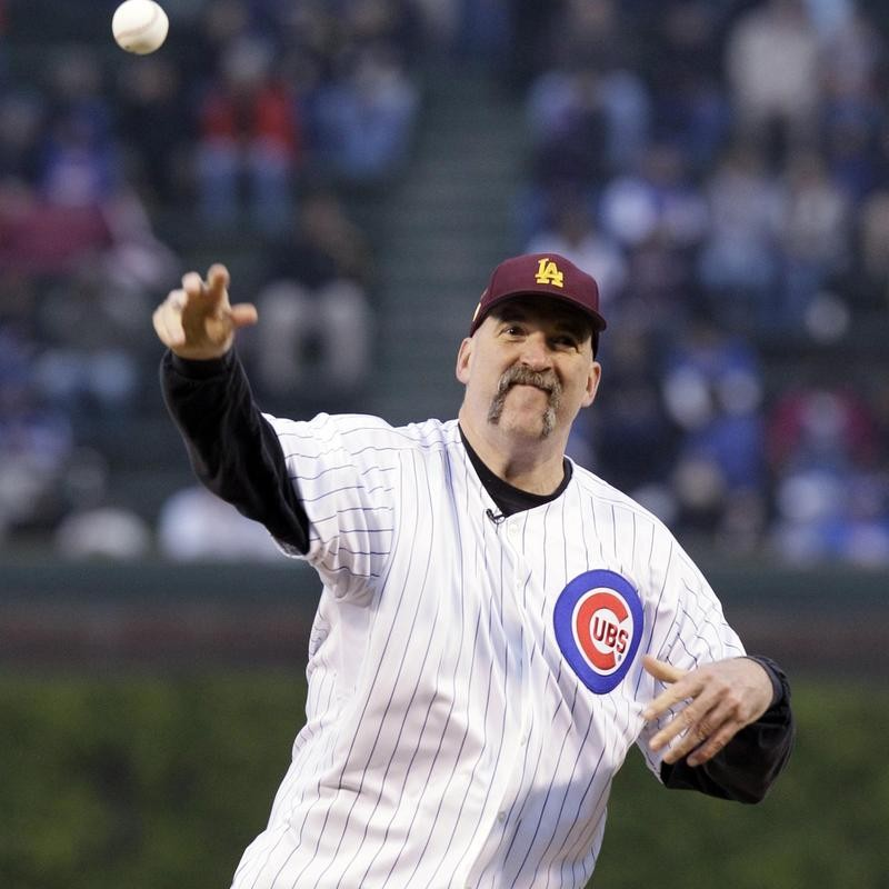 Bill Wennington throws first pitch at Chicago Cubs game